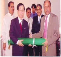 Mr. Shahab Khwaja Presenting Gift to Secretary General