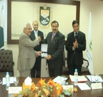 Mr. Ejaz Rasul Chawdhry, GM NPO & Vice President PAP Presenting Shield to Chief Guest Mr. Shaukat Masud, President ICCI